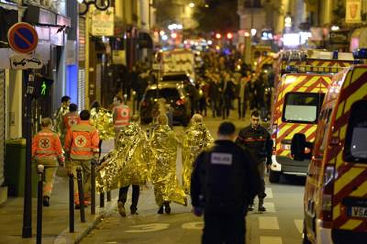 People are being evacuated on rue Oberkampf near the Bataclan concert hall in central Paris, early on November 14, 2015. At least 120 people were killed in a series of terror attacks in Paris on November 13 according to a provisional total, a source close to the investigation said. AFP PHOTO / MIGUEL MEDINA