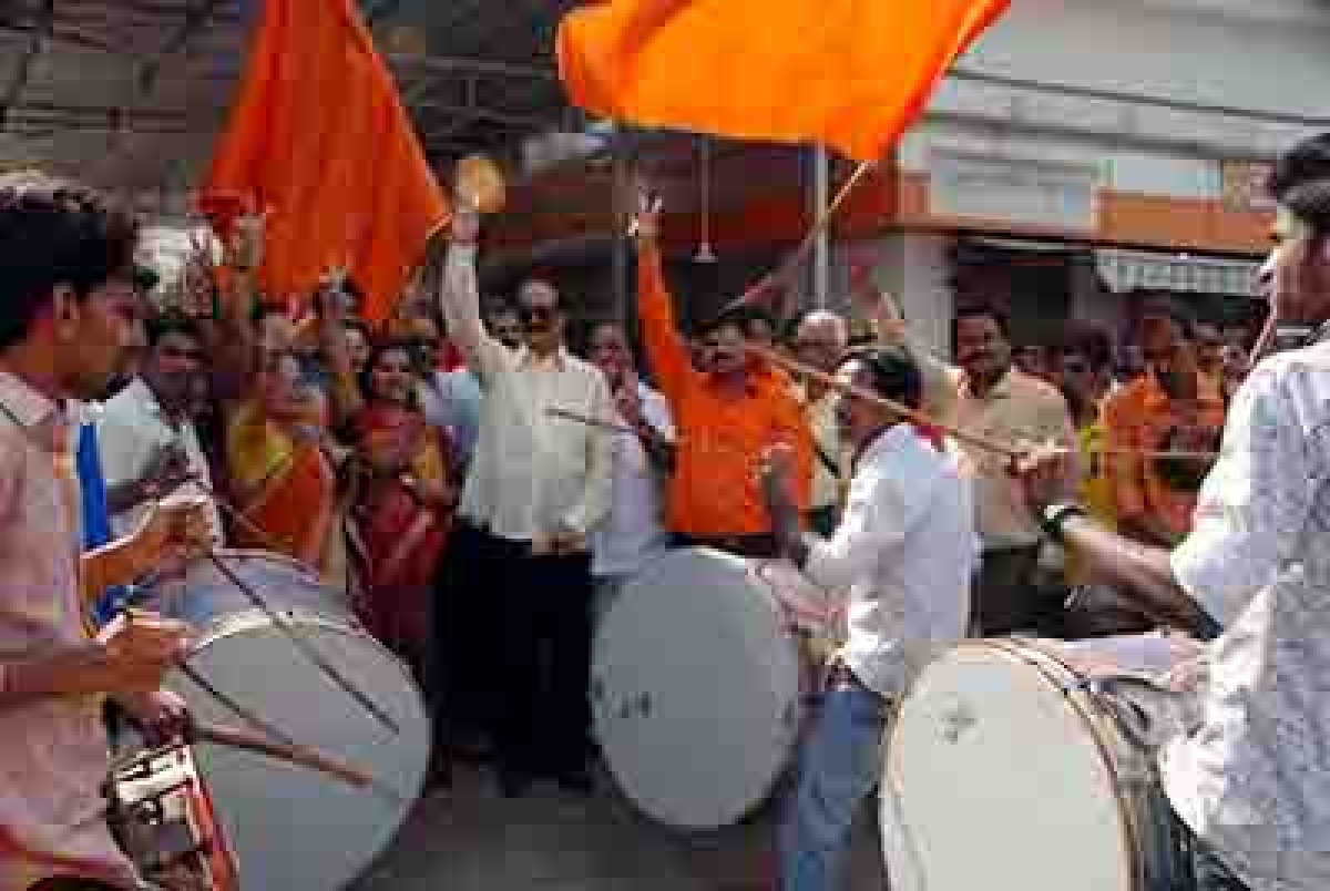 Mumbai Nov. 02 :- Shiv Sena activist celebrated victory of sucess if Kalyan Dombivali Municipal Corporation election out side the Shiv Sena Bhavan, dadar in Mumbai. ( pic by Ravindra Zende )