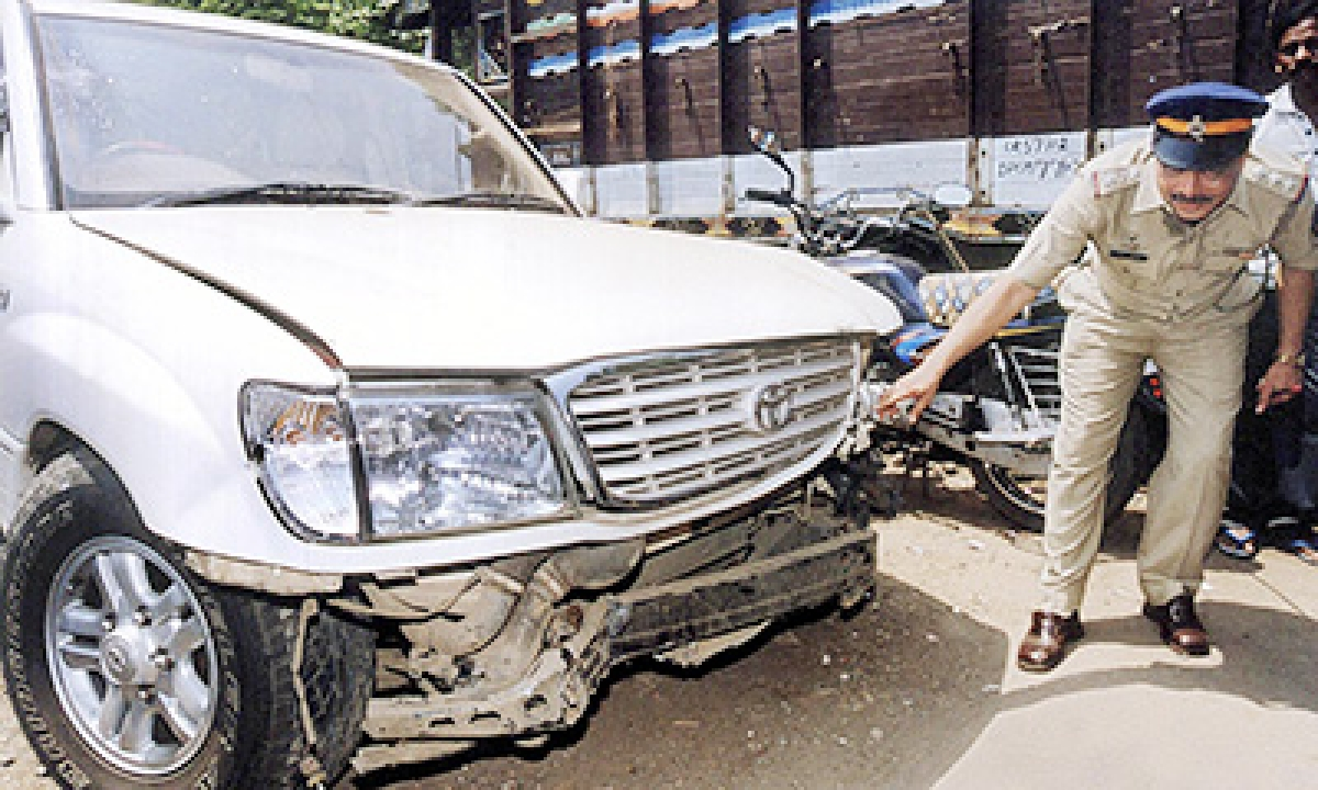 Man killed after car hits road divider in Thane