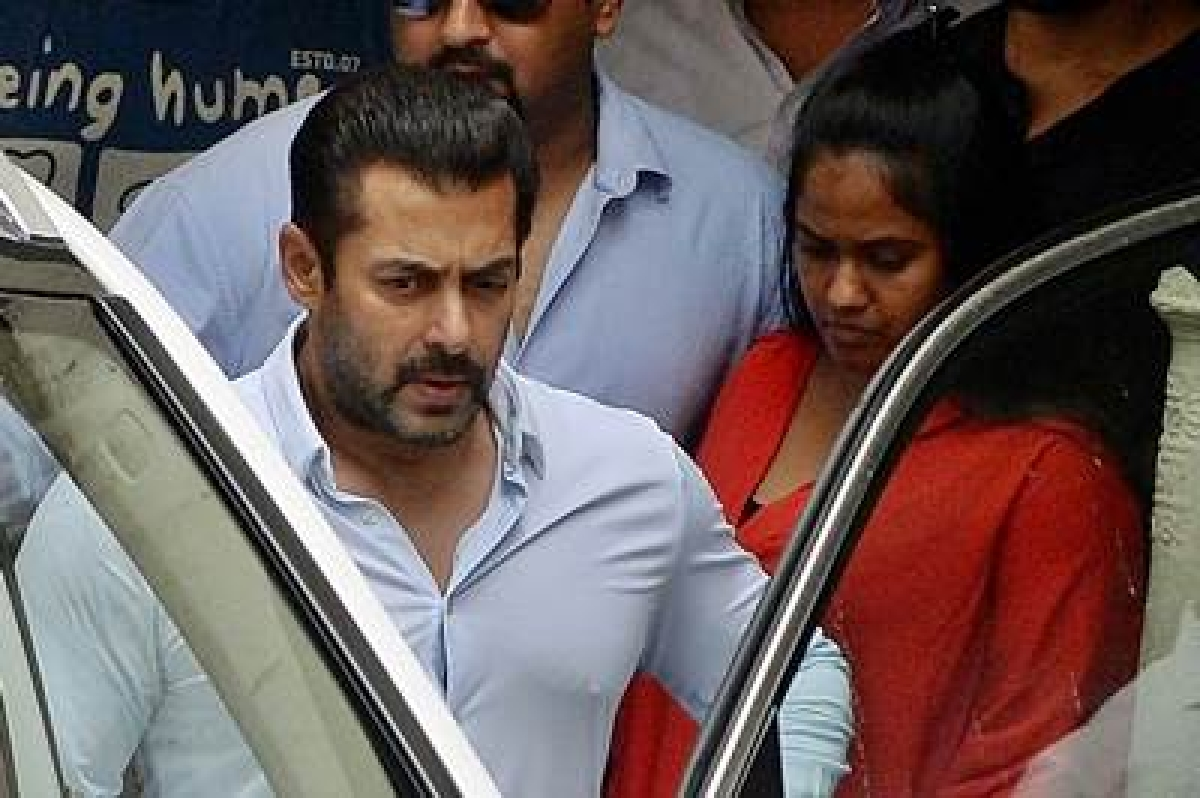 (FILES) In this photograph taken on May 8, 2015, Indian Bollywood film actor Salman Khan leaves his home to appear at a Sessions Court in Mumbai.   An Indian court December 10, 2015 cleared Bollywood superstar Salman Khan of killing a homeless man in a hit-and-run crash 13 years ago, acquitting him of all charges after he filed an appeal against his conviction.  AFP PHOTO/ PUNIT PARANJPE / FILES