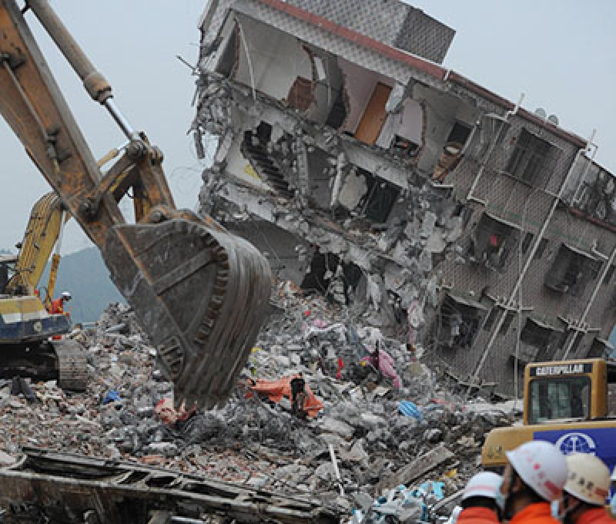 First body pulled out in China landslide