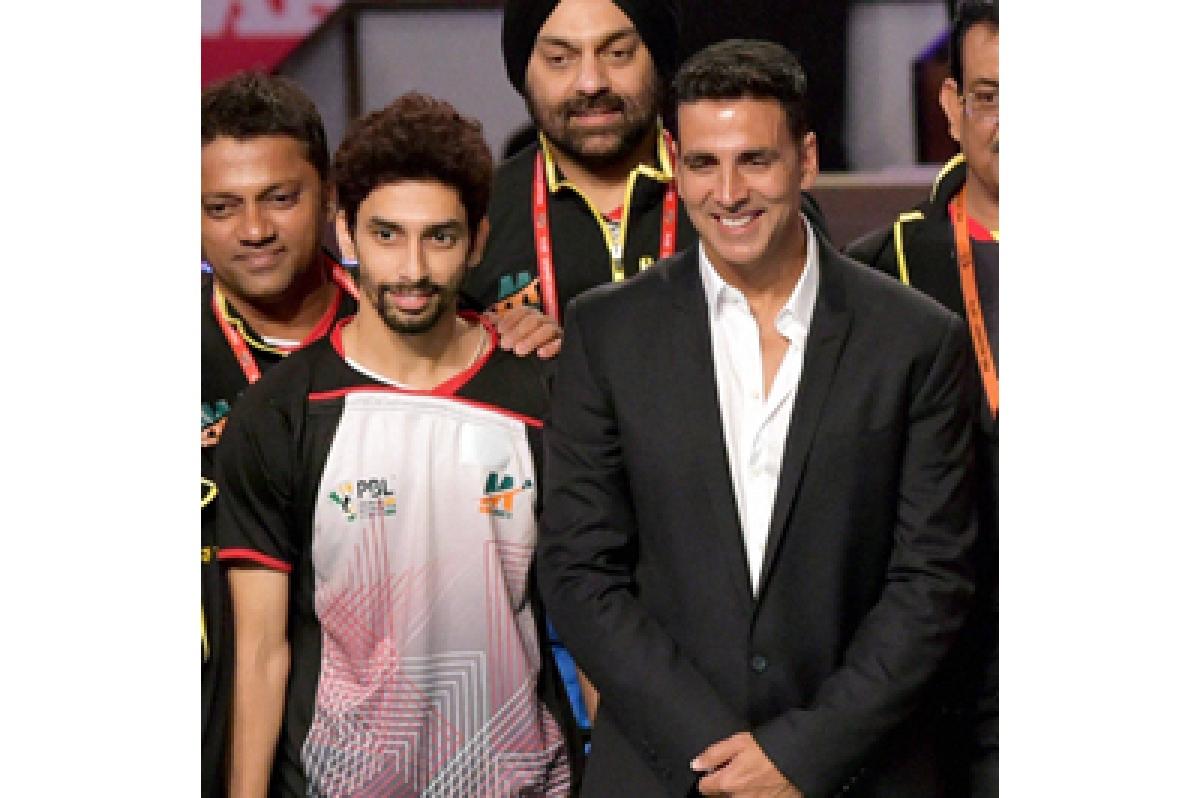 Mumbai: Bollywood actor Akshay Kumar along with Mumbai Rockets team during  match of the Premier Badminton League in Mumbai on Sunday. PTI Photo by Santosh Hirlekar(PTI1_3_2016_000216B)