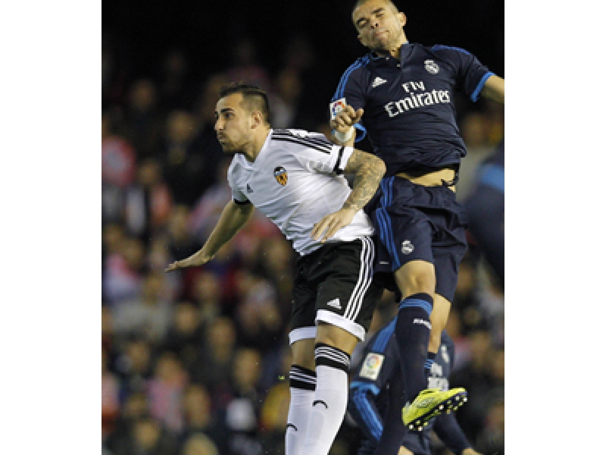 Valencia's forward Paco Alcacer (L) vies with Real Madrid's Portuguese defender Pepe during the Spanish league football match Valencia CF vs Real Madrid CF at the Mestalla stadium in Valencia on January 3, 2016.   AFP PHOTO/ JOSE JORDAN