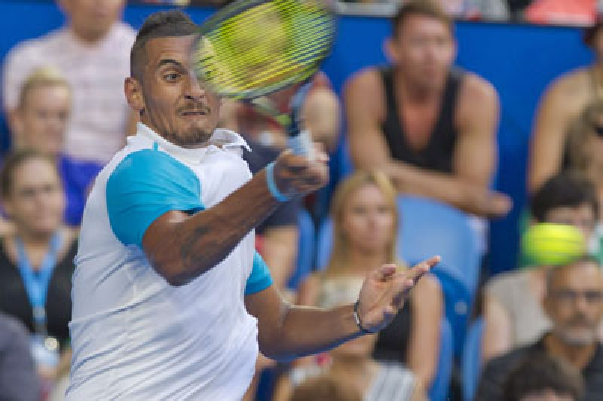 Nick Kyrgios of the Australian Green team hits a return against Andy Murray of Britain during their eighth session men's singles match on day four of the Hopman Cup tennis tournament in Perth on January 6, 2016.     AFP PHOTO / Tony ASHBY   -IMAGE RESTRICTED TO EDITORIAL USE - NO COMMERCIAL USE