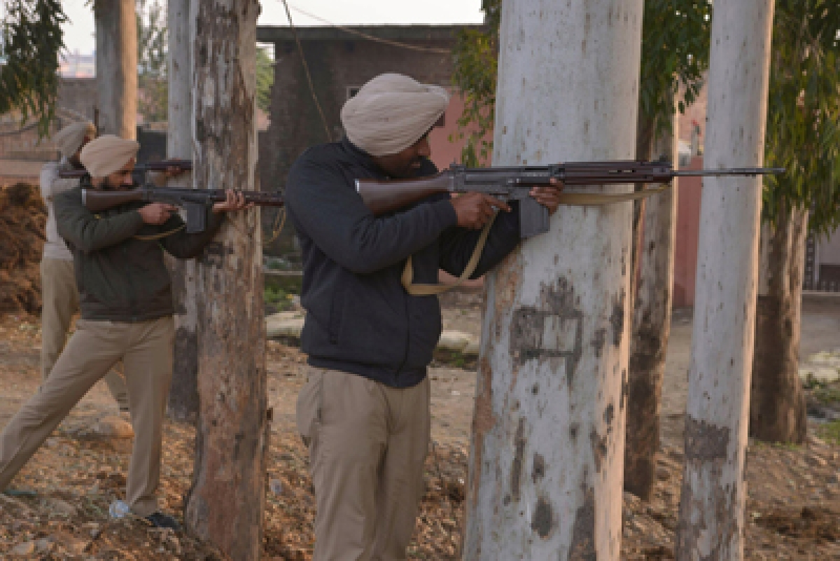 Indian police take up positions near the air force in Pathankot on January 4, 2016. Indian troops backed by helicopters searched an air force base January 4, after a weekend of fierce fighting with suspected Islamic insurgents in which seven soldiers and at least four attackers were killed. AFP PHOTO/ NARINDER NANU