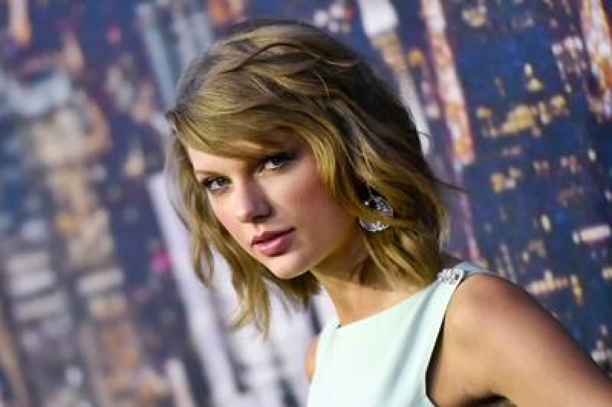 Taylor Swift cheers for boyfriend Calvin Harris' gig