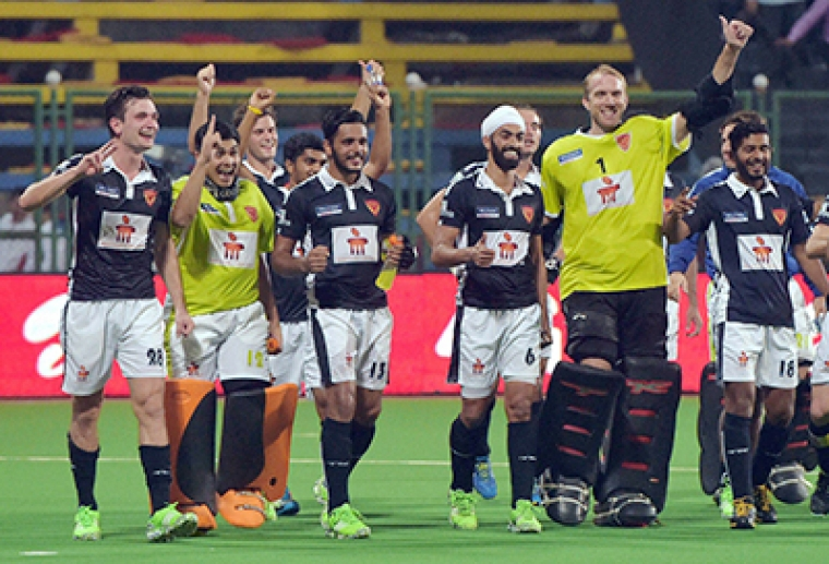 Mumbai: Dabang Mumbai (Blue) players celebrate their win against Uttar Pradesh (White) in the Hockey India League match in Mumbai on Tuesday. PTI Photo by Santosh Hirlekar (PTI2_16_2016_000320B)