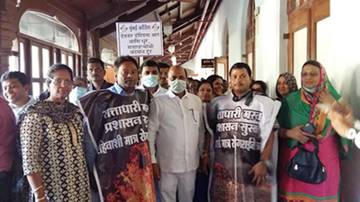 Congress Corporators protesting outside Municipal Commissioner's office against Deonar fire.