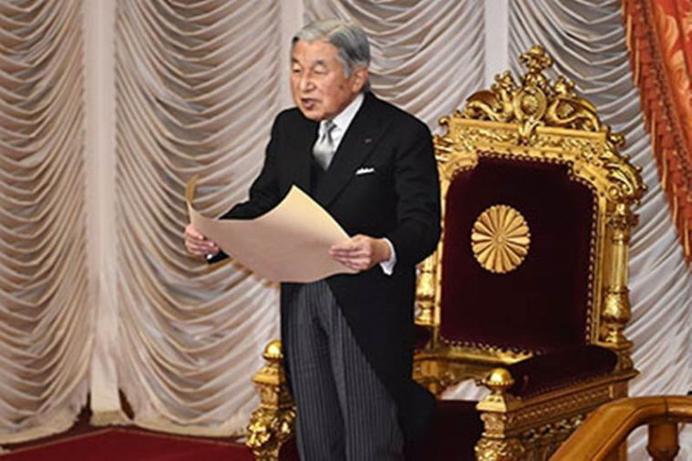 (FILES) This file picture taken on January 4, 2016 shows Japanese Emperor Akihito delivering a speech during the opening ceremony of a 150-day ordinary Diet session in Tokyo.  Japan's Emperor Akihito plans to abdicate in favour of his eldest son within a few years, Japanese media reported on July 13, 2016.  / AFP PHOTO / KAZUHIRO NOGI
