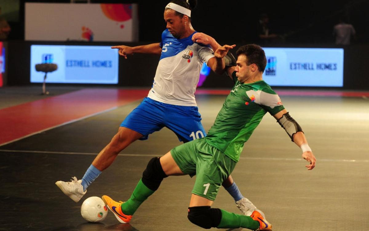 Goa 5's Ronaldhinio (L) plays against the Bengaluru 5's Elias during their Premier Futsal Football League match in Chennai on July 17, 2016. / AFP PHOTO / ARUN SANKAR