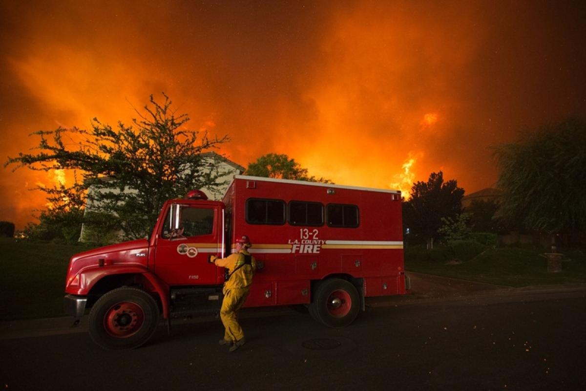 Thousands flee as California burns