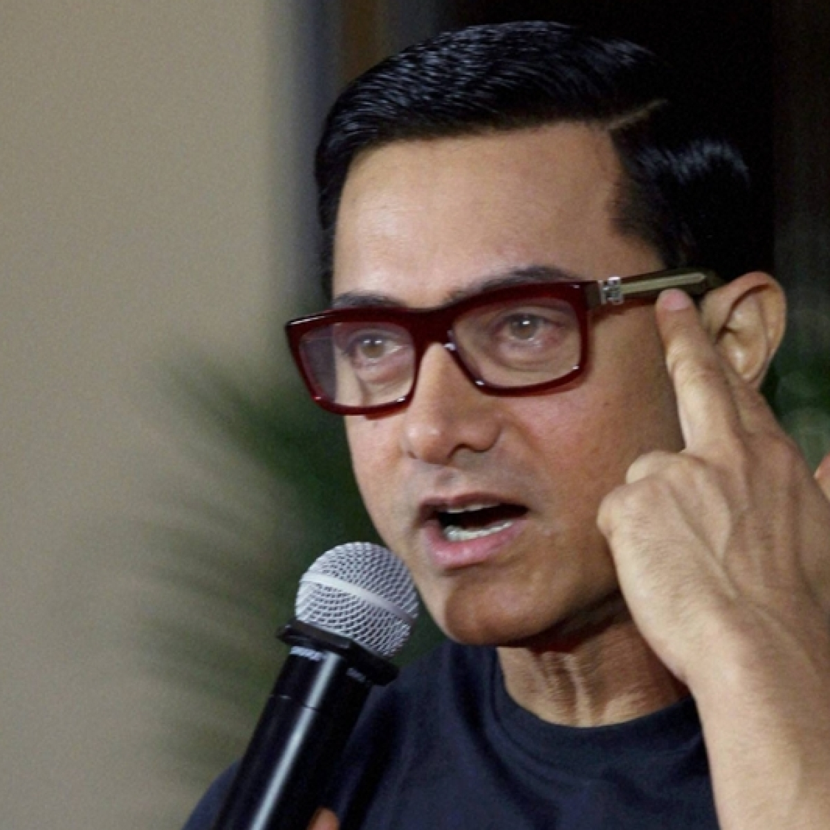 Why did Aamir Khan decide to turn off his phone completely?