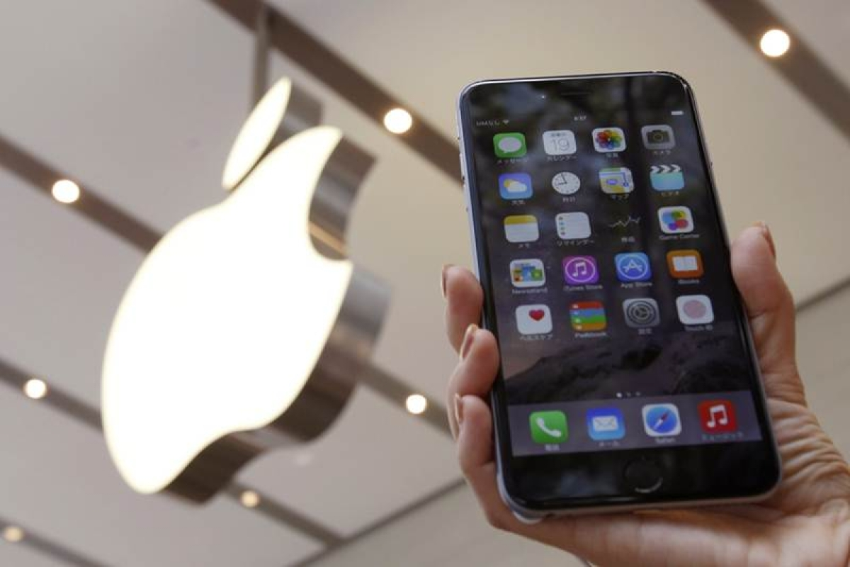 A woman holds up the iPhone 6 Plus at the Apple Store at Tokyo's Omotesando shopping district September 19, 2014. REUTERS/Yuya Shino (JAPAN - Tags: BUSINESS SOCIETY SCIENCE TECHNOLOGY TELECOMS) - RTR46TUQ