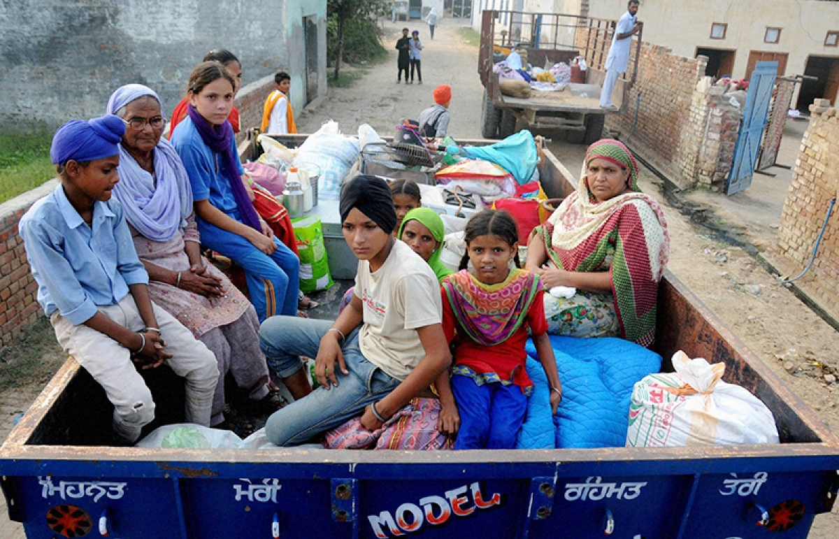 Attari: Border villagers migrating after government asked people to vacate their villages falling in 10 km range of international border with Pakistan as a precautionary measure following India's surgical strikes in PoK, near Attari on Thursday. PTI Photo  (PTI9_29_2016_000207B)