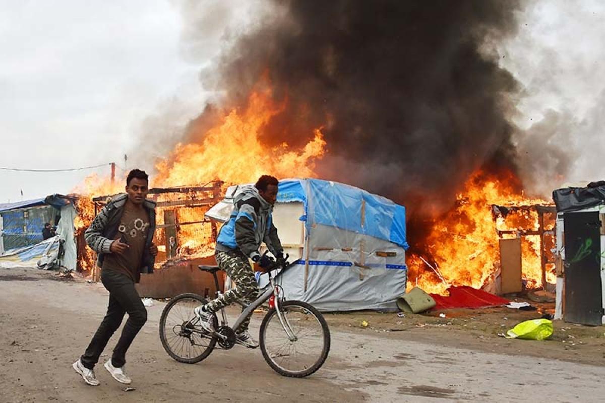Fresh fires break out at Calais 'Jungle camp'