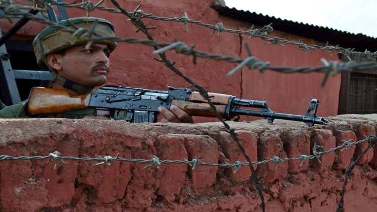 An Indian army soldiers stands guard following an attack by suspected militants at an army camp in Langate in Kupwara district, about 66 kms from Srinagar on October 6, 2016.   Indian soldiers October 6, killed three suspected militants who tried to attack an army base in Indian Kashmir, officers said, the latest incident to have hiked tensions with archrival Pakistan. / AFP PHOTO / STR