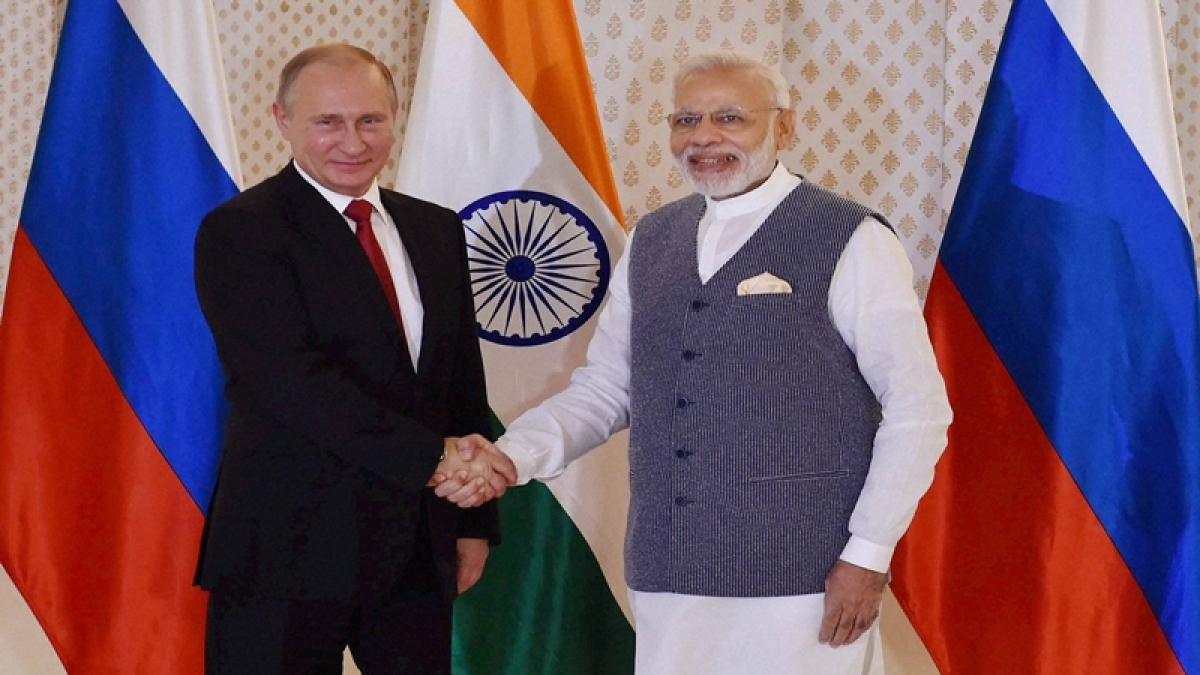 Benaulim:  Russian President Vladimir Putin being welcomed by Prime Minister Narendra Modi ahead of 17th India-Russia annual summit meet in Benaulim, Goa on Saturday. PTI Photo by Shahbaz Khan (STORY DEL 12)(PTI10_15_2016_000021B)