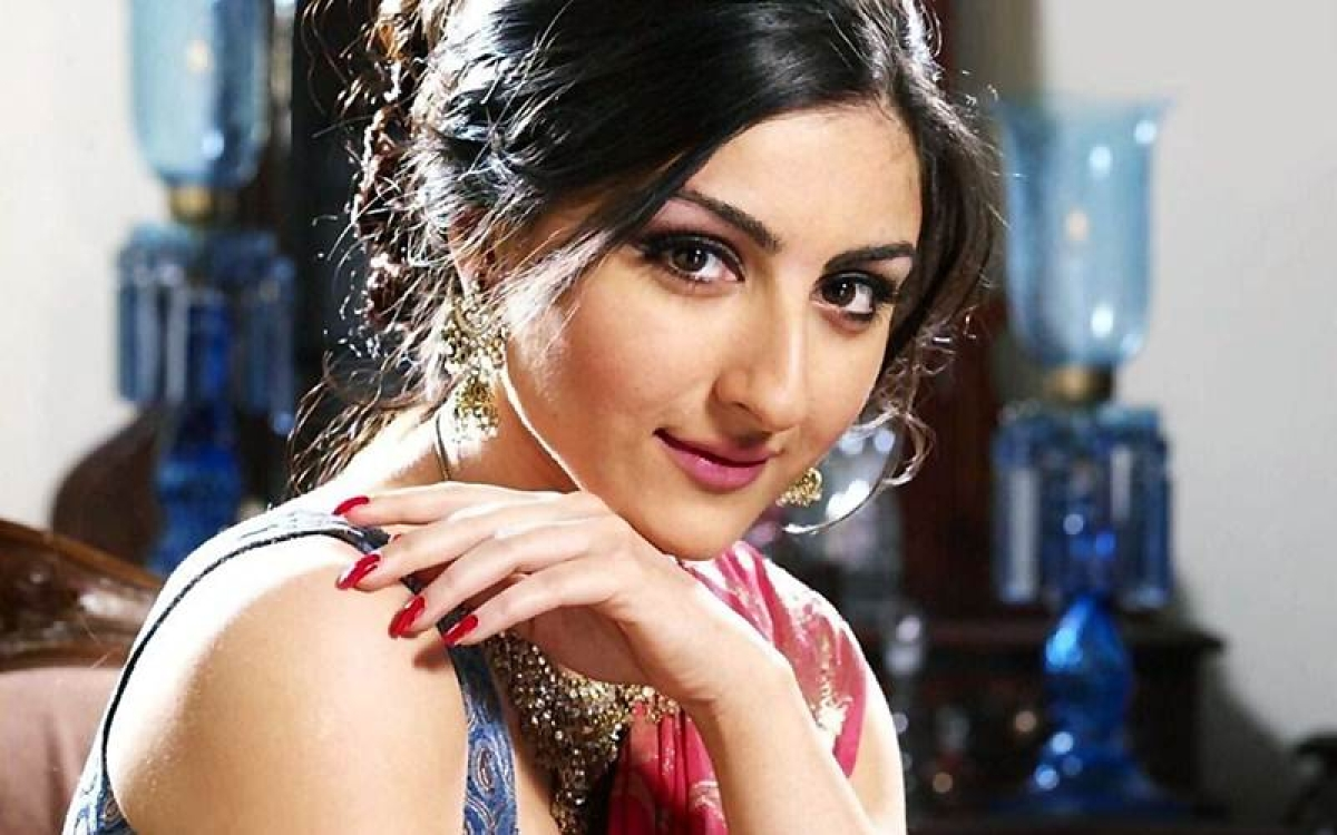 Very difficult to compete with superstar parent, says Soha Ali Khan