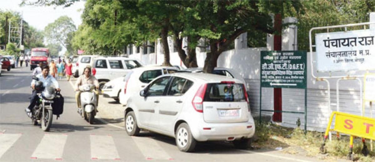 Arera Hills: Roadside parking before govt officesleaves no space for pedestrians