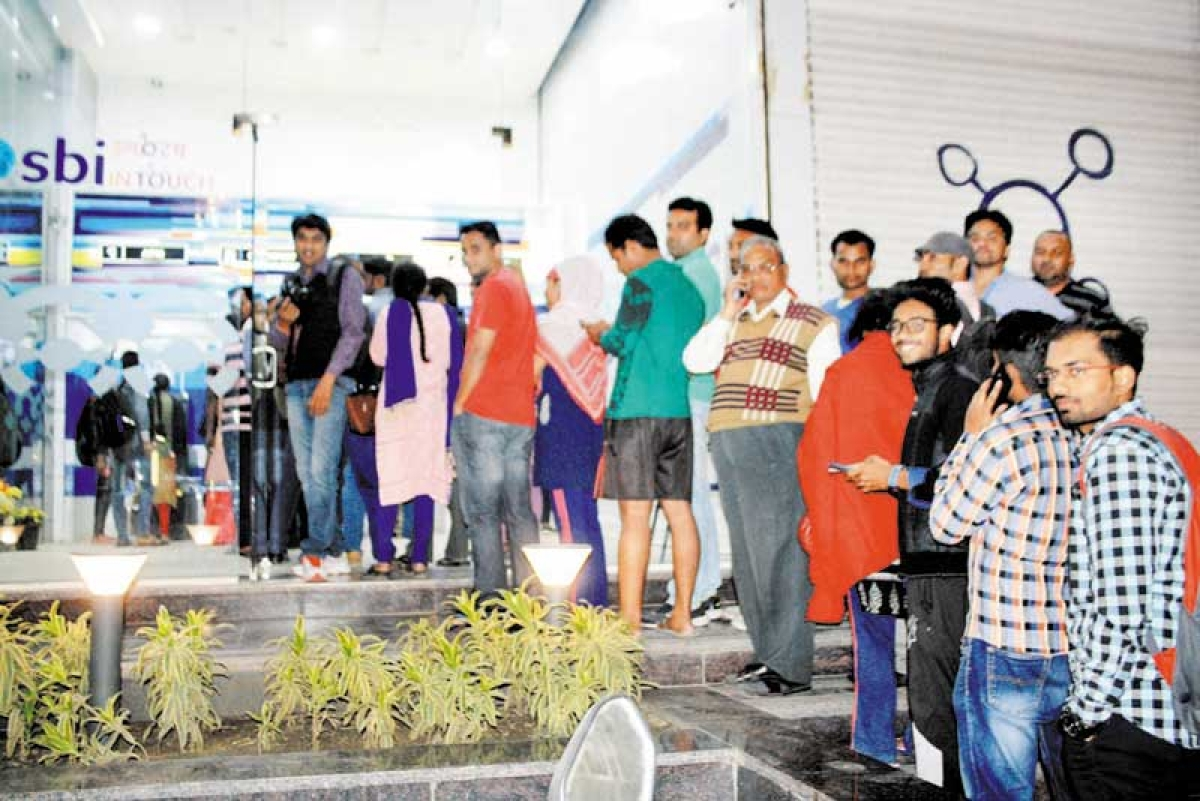 Chaos, panic grip city as Rs 500, 1000 notes become piece of paper