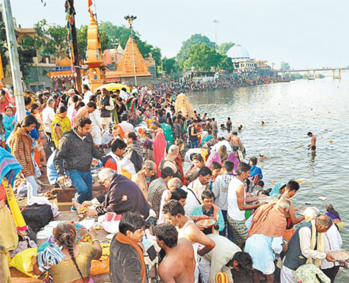 Ujjain: Devotees take holy dip in Kshipra on Kartik Purnima
