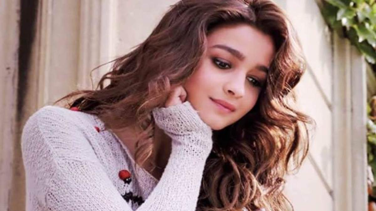 Alia Bhatt stars solo in new poster of 'Dear Zindagi'
