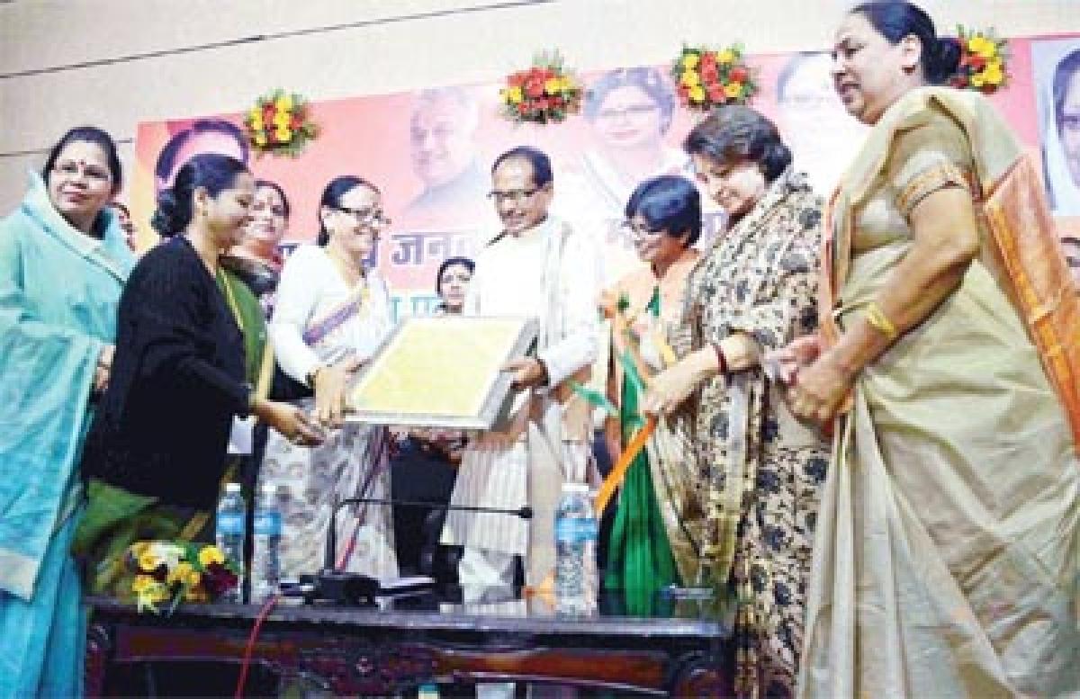 Bhopal: Garibon ke yahan jyada betiyan janam letin hain, amiron ke yahan kam says CM