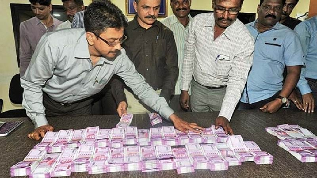 Rs 1.40 cr in new Rs 2,000 notes seized at Andheri, owner claims wanted to buy Gold
