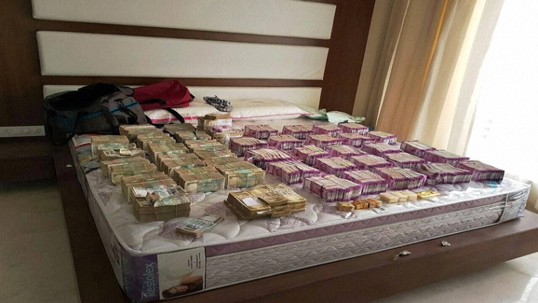 Bengaluru: Rs 4.7 crore cash in new currency seized by Income Tax department in Bengaluru along with Rs 100 and demonetised Rs 500 notes. This is the biggest cash seizure of new notes post de-monetisation. PTI Photo (PTI12_1_2016_000364B)