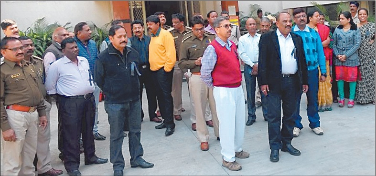 Indore: 600 officers of Central Excise don black band in protest