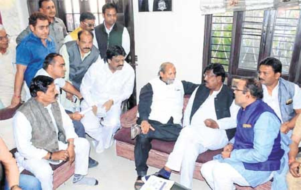 Ujjain: Congress delegation hands over memo to energy minister