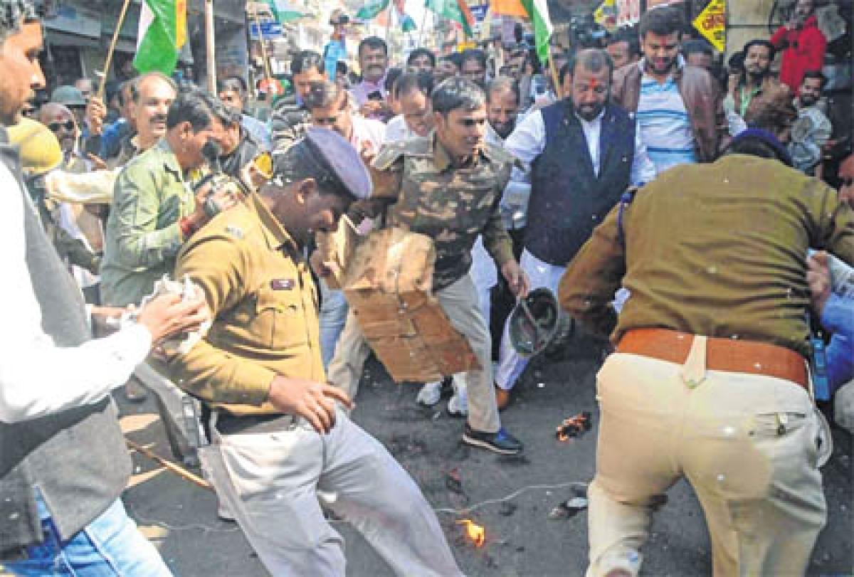 Ujjain: CM Shivraj Singh Chouhan's effigy burnt by Congressmen