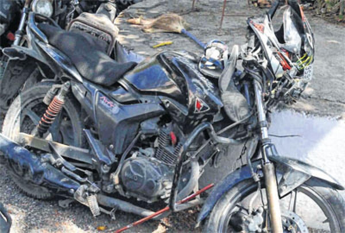 Ujjain: Truck loses balance on Harifatak 4-lane, hits bikers