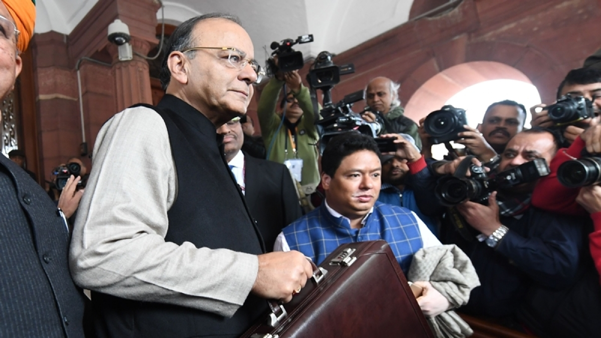 Indian Finance Minister Arun Jaitley arrives in Parliament House to present the Union Budget in New Delhi on February 1, 2017. / AFP PHOTO / PRAKASH SINGH