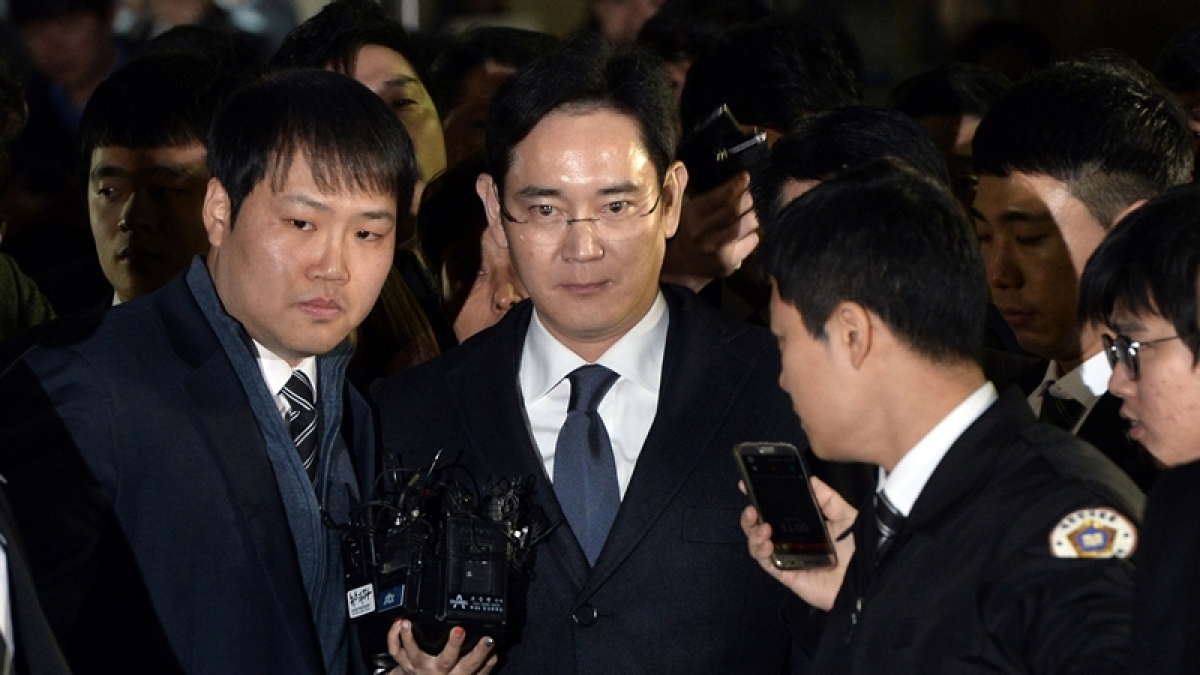 This picture taken on February 16, 2017 shows Samsung Group's heir-apparent Lee Jae-Yong (C) leaving after attending a court hearing  at the Seoul Central District Court in Seoul.