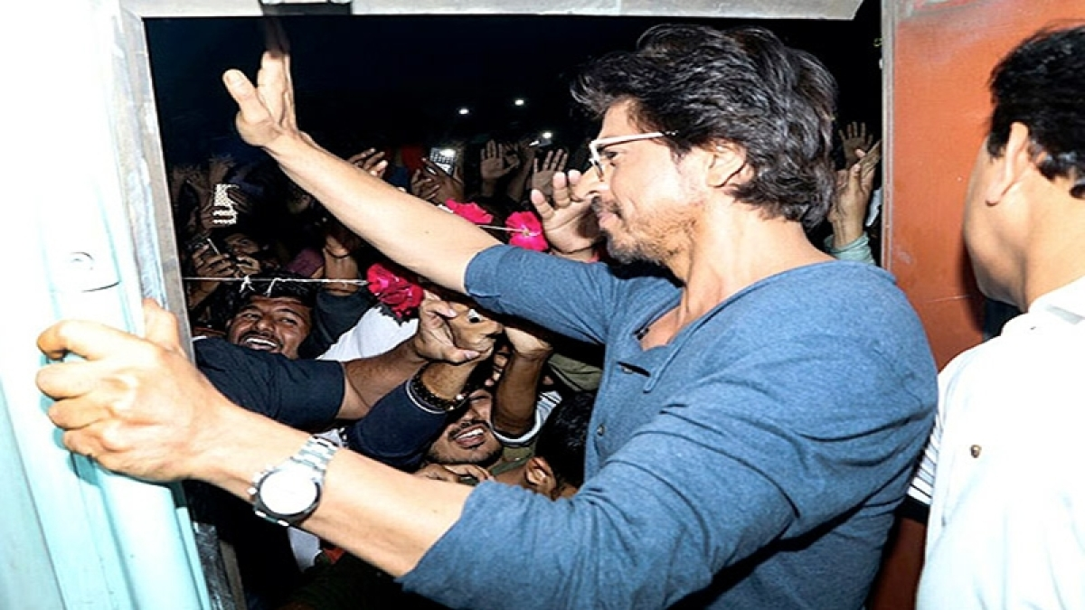 A railway vendor files a case against Shah Rukh Khan