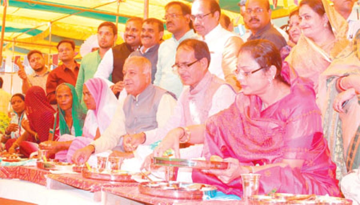 Bhopal: Sanitation workers feted on CM Shivraj Singh Chouhan birthday