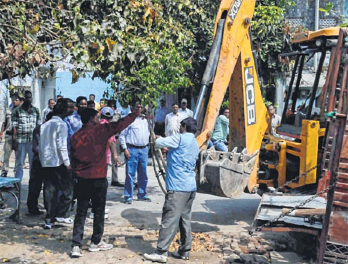 Ujjain Municipal Corporation drive against illegal cattle sheds continue