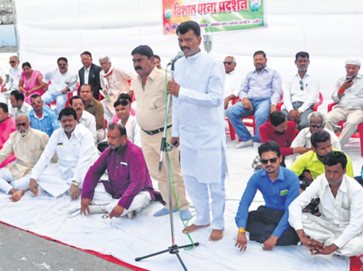 Madhav Nagar Block Congress Committee president Ajeet Singh Thakur addressing protest against hike in power tariff FP PHOTO