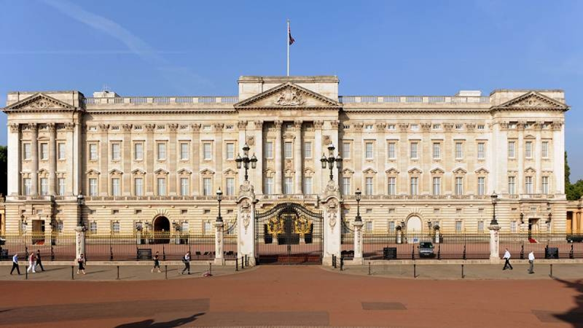 Wanted: Phone operator for Queen to handle 4,000 calls a week