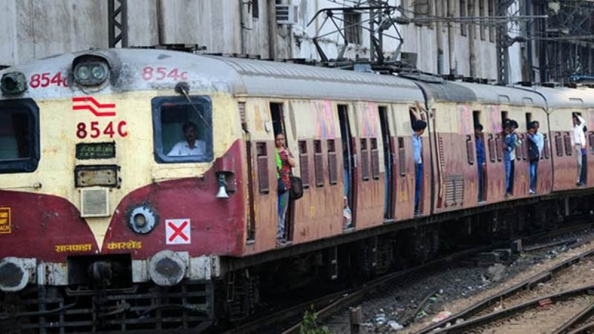 Mumbai: Man refuses to leave ladies coach, Girl jumps out from the moving train