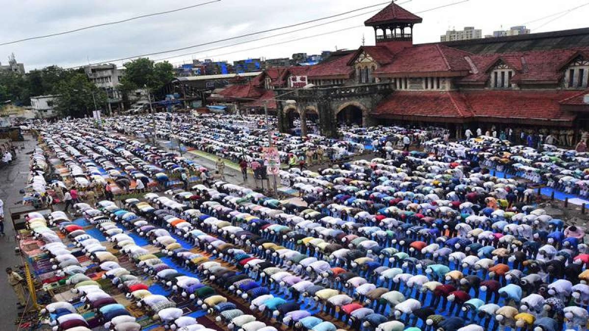 MUMBAI: The festival begins with morning prayers EID (Namaz), Muslims gather at Bandra Station mosque. Photo by BL SONI