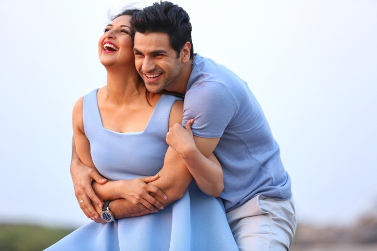 Divyanka Tripathi and Vivek Dahiya share a romantic moment on upcoming TV show 'JuzzBaatt'