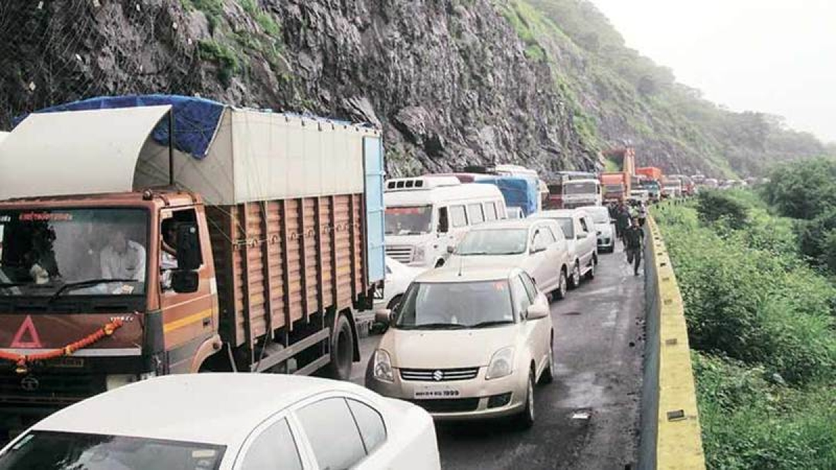 Traffic halted on the Mumbai-Pune Expressway