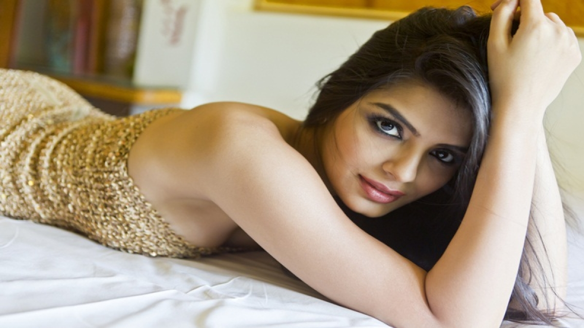 OMG! Sonali Raut trolled for awkward kissing picture with Soni Singh