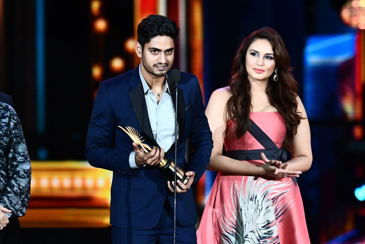 """Winner of Best Playback Singer – Male, Amit Mishra for """"Bulleya"""" from movie """"Ae Dil Hai Mushkil"""" accepts the award during 18th International Indian Film Academy (IIFA) Festival at the MetLife Stadium in East Rutherford, New Jersey, on July 15, 2017. / AFP PHOTO / JEWEL SAMAD"""