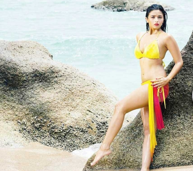 10 Bollywood actresses who rocked the bikini look