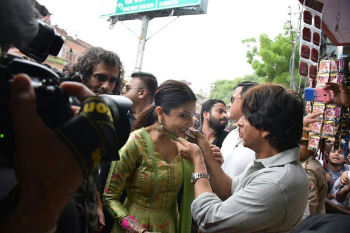 Check out pictures: Shah Rukh Khan and Anushka Sharma relish Banarasi paan while promoting Jab Harry Met Sejal in Varanasi