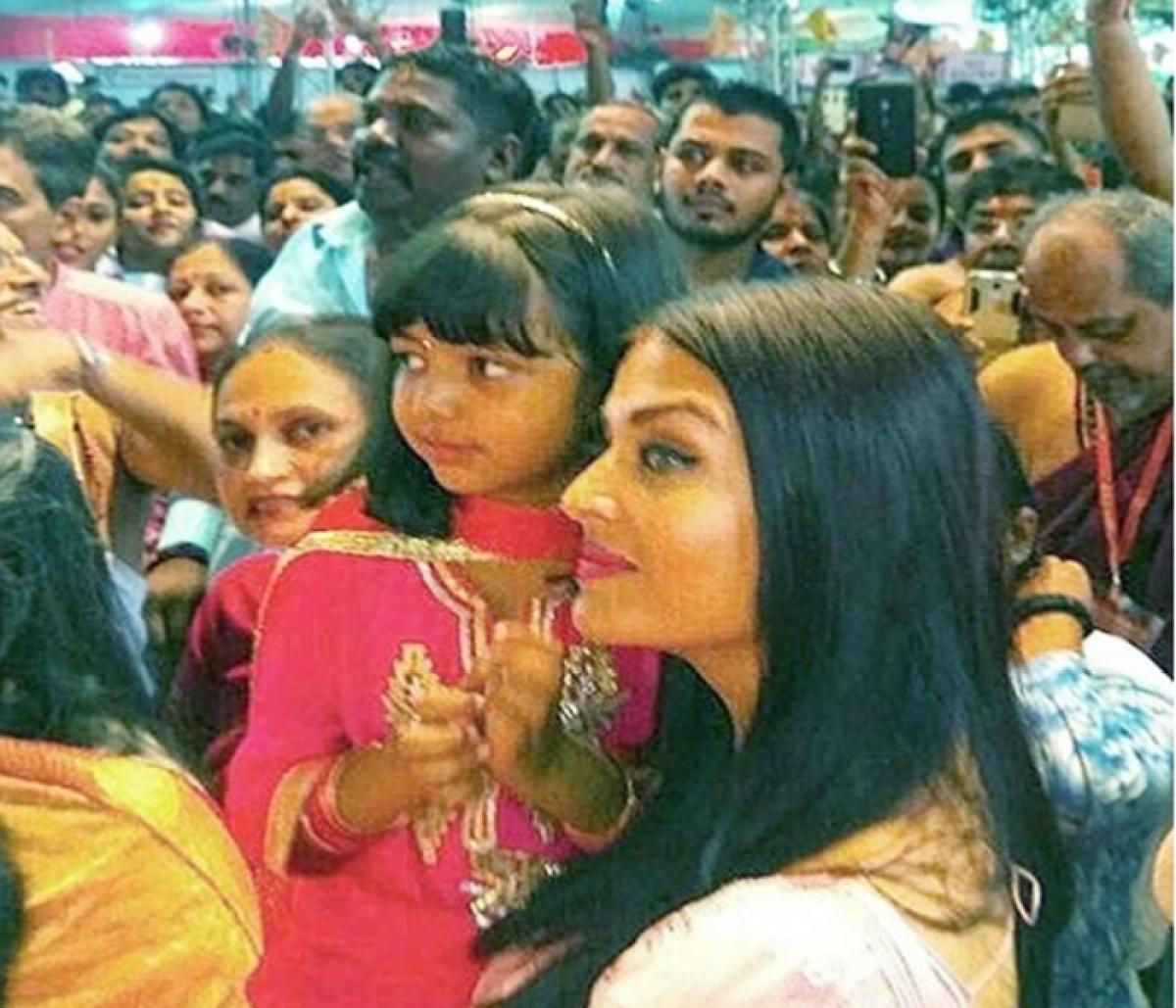 Ganesh Chaturthi 2017: Aishwarya Rai Bachchan takes blessing with daughter Aaradhya at Mumbai's Ganpati Pandal