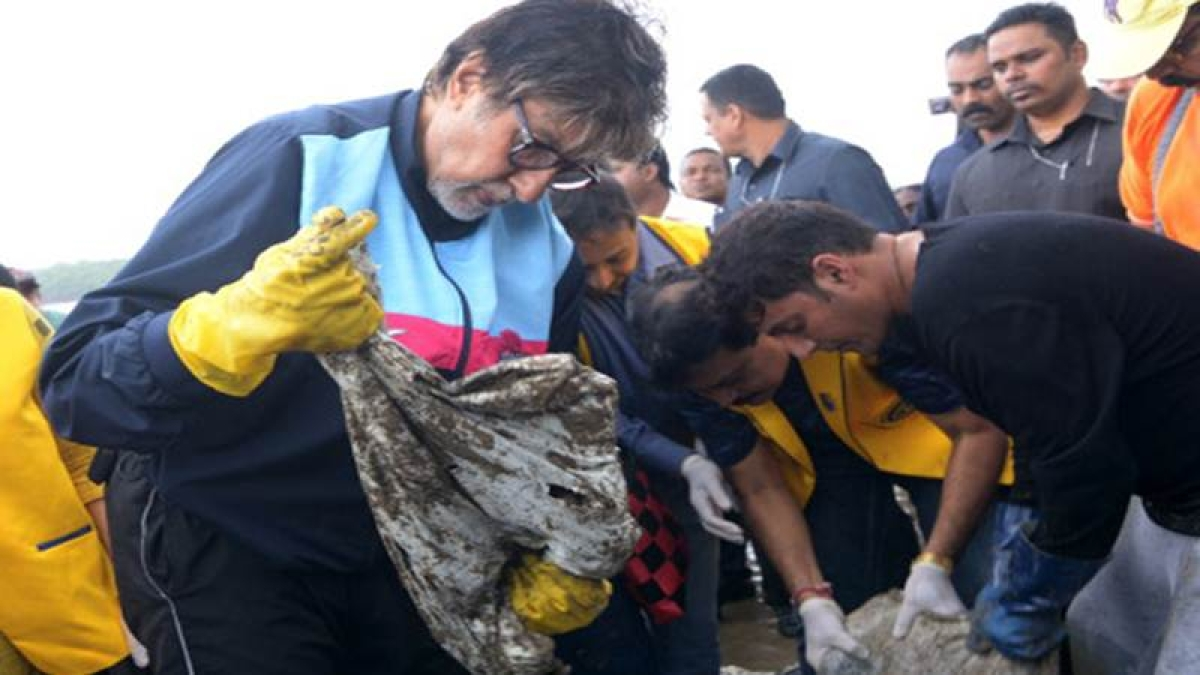Big B cleans Mumbai Beach, shows his support towards the cleanliness drive